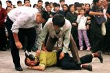 Cảnh sát bắt giữ một người biểu tình Pháp Luân Công tại Quảng trường Thiên An Môn ở Bắc Kinh vào ngày 1/10/2000.