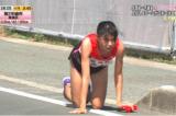 Nữ VĐV Nhật Bản bò 200m trên đường đua tiếp sức cho đồng đội