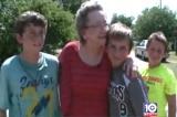 Mỹ: 4 cậu bé xa lạ đến cắt cỏ giúp một bà lão