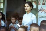 giao vien, giáo viên, Một giáo viên toàn diện sau khi nhận sách giáo khoa của chính phủ miền Nam tại làng Cam Hiếu, tỉnh Quảng Trị, Việt Nam, vào ngày 1 tháng 11 năm 1967.