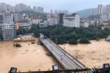 Chính quyền Trung Quốc phát đi thông báo khẩn, dự tính trong 8 giờ tới lưu vực Kỳ Giang sẽ xuất hiện lũ lớn nhất kể từ năm 1940 đến nay. (Ảnh cắt từ Weibo)