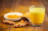 """9 lợi ích tuyệt vời nếu bạn uống """"sữa nghệ"""" trước khi đi ngủ"""