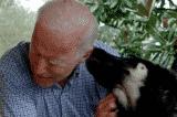 Ông Joe Biden bị trật khớp chân khi chơi với chó