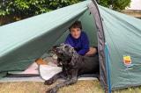Cậu bé ngủ trong lều 200 ngày, gây quỹ 86.000 bảng Anh cho viện dưỡng lão